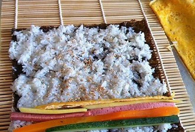 Cách cuộn rong biển với cơm
