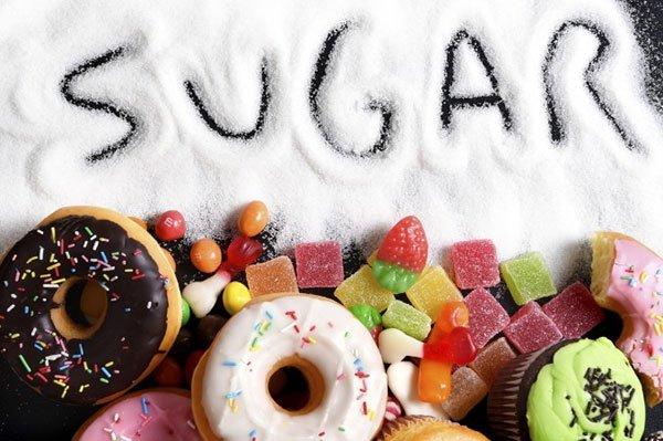 Không nên ăn nhiều đồ ngọt như mứt , kẹo , nước ngọt , kem ..