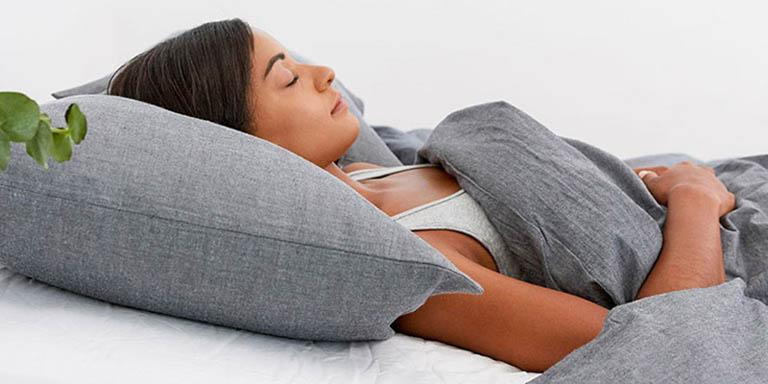 Khi ngủ nên nằm gối cao đầu giúp trị sổ mũi